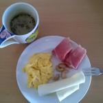 café com manteiga (ou nata), castanhas, ovos, presunto, ... vale até um palmito junto.