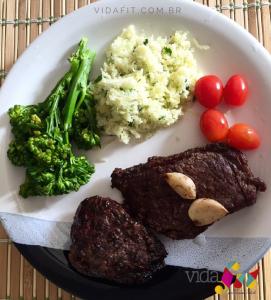 Exemplo de almoço típico na dieta low carb paleolítica. Não há grãos e massas