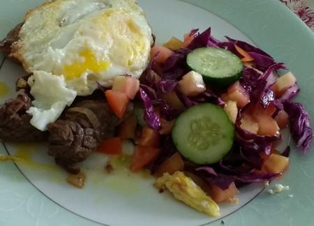 Bife a cavalo com salada de repolho roxo, tomate e pepino japonês
