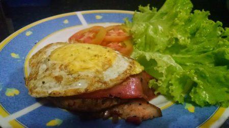 sanduiche (x-tudo) sem pão. Hamburger e bacon artesanas, queijo muçarela, 1 ovo frito e salada de alface e tomate. Low carb!